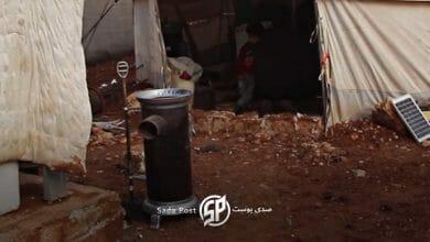 صورة نازحون سوريون يصنعون مدافئ من تنكات الزيت الفارغة لتدفئة أطفالهم (فيديو)